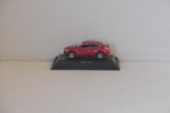 BMW X6 in de kleur rood. Welly